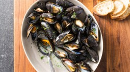 Mussels-White-Wine-Garlic_Joe-Keller-LEDE